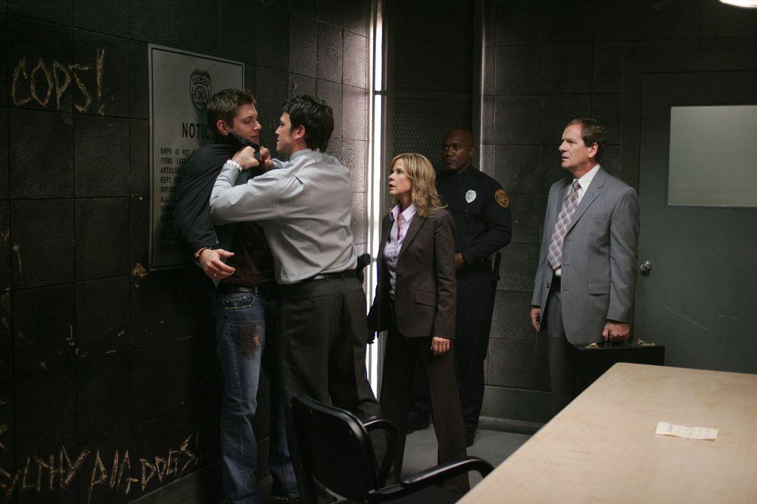 Die Situation beim Verhör eskaliert: Peter Sheridan (Jason Gedrick, 2.v.l.) macht Dean (Jensen Ackles, l.) große Vorwürfe. Selbst seine Kollegin Diana Ballard (Linda Blair, M.) zweifelt an der Unschuld des Jungen ...