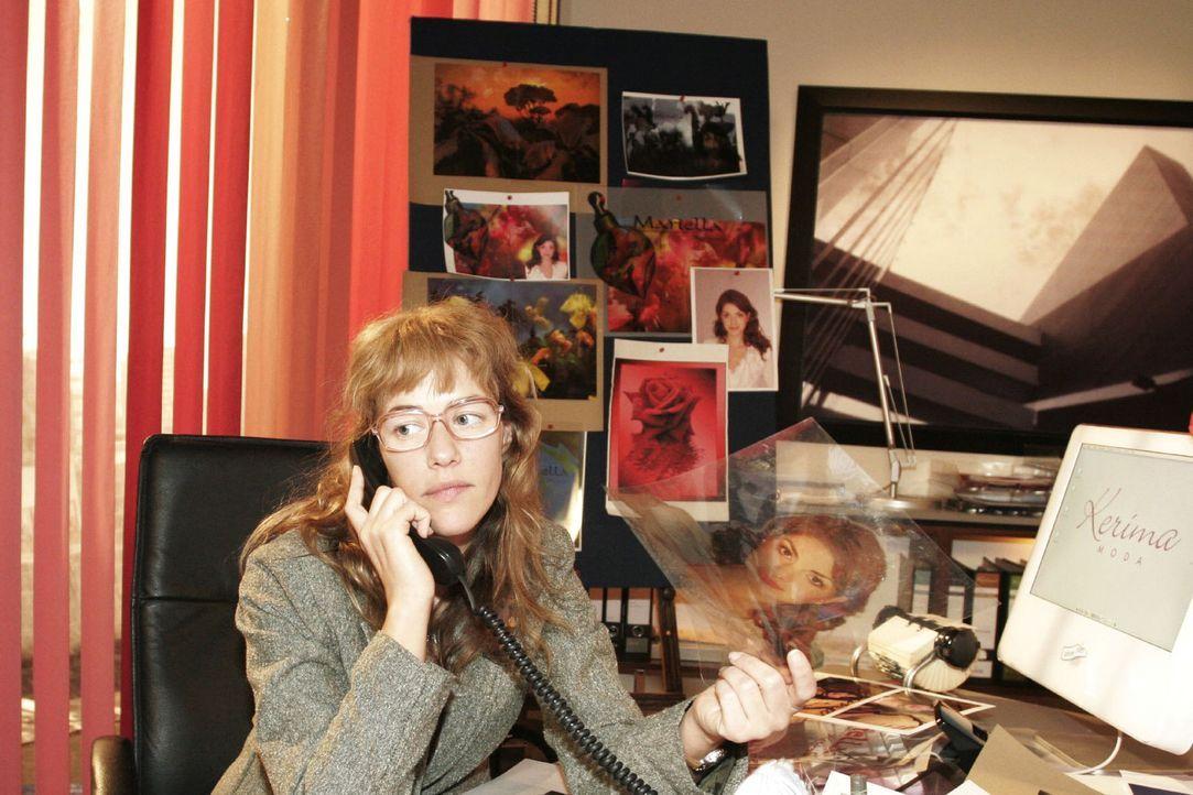 """Lisa (Alexandra Neldel) überarbeitet die Kampagne zum Verkauf des Parfüms """"Mariella"""". Aus Rücksicht auf David hält sie es für eine gute Idee, dem Parfüm mit Hilfe von Rokko eine neue Identität zu geben. Doch David reagiert auf diese Idee anders als erwartet ... (Dieses Foto von Alexandra Neldel darf nur in Zusammenhang mit der Berichterstattung über die Serie """"Verliebt in Berlin"""" veröffentlicht und verbreitet werden.)"""