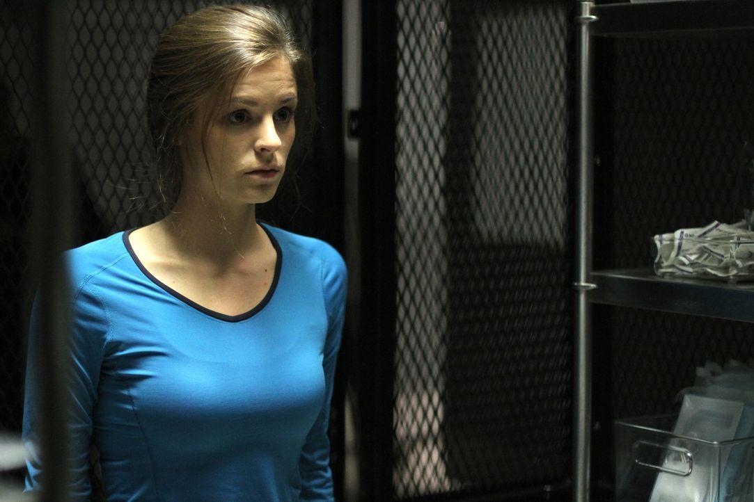 Versucht in der Quarantäne für Zucht und Ordnung zu sorgen: Sarah (Jordan Hayes) ... - Bildquelle: 2014 Sony Pictures Television Inc. All Rights Reserved.