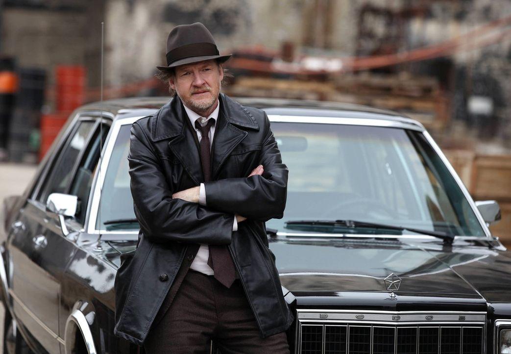 Der erfahrene und gewiefte Detective Harvey Bullock (Donal Logue) weist seinem neuen Partner James Gordon den Weg durch die Unterwelt von Gotham und... - Bildquelle: Warner Bros. Entertainment, Inc.