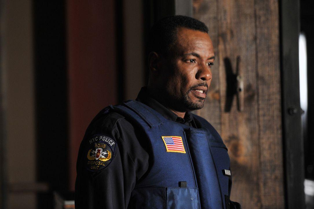 Captain Frank Mahoney (Allan Louis) ist Experte in Sachen Bombenentschärfung, doch diese Situation ist selbst für ihn besonders prekär ... - Bildquelle: ABC Studios