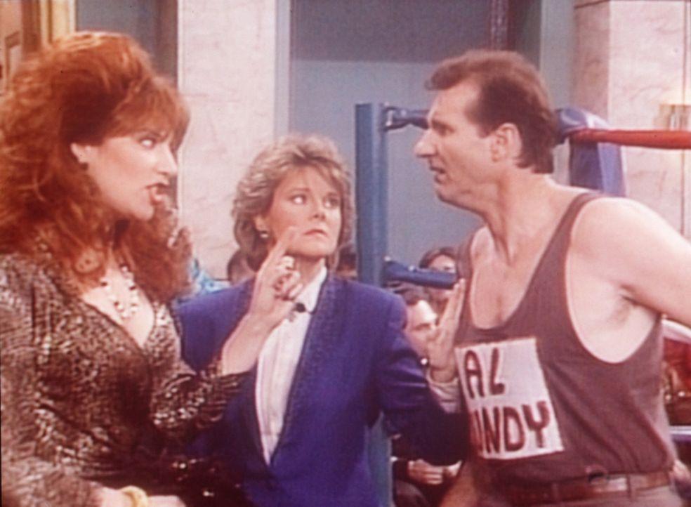 Peggy (Katey Sagal, l.) und Marcy (Amanda Bearse, M.) drängen Al (Ed O'Neill, r.), mit einen Ringkampf Geld zu verdienen. - Bildquelle: Sony Pictures Television International. All Rights Reserved.