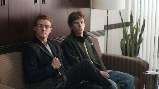 Eines Tages trifft sich Mark Zuckerberg (Jesse Eisenberg, r.) mit Sean Parker...