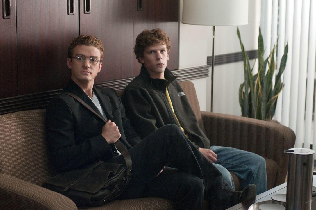 Eines Tages trifft sich Mark Zuckerberg (Jesse Eisenberg, r.) mit Sean Parker (Justin Timberlake, l.), dem einstigen Mitgründer der Musiktauschbörse... - Bildquelle: 2010 Columbia Pictures Industries, Inc. and Beverly Blvd LLC. All Rights Reserved.