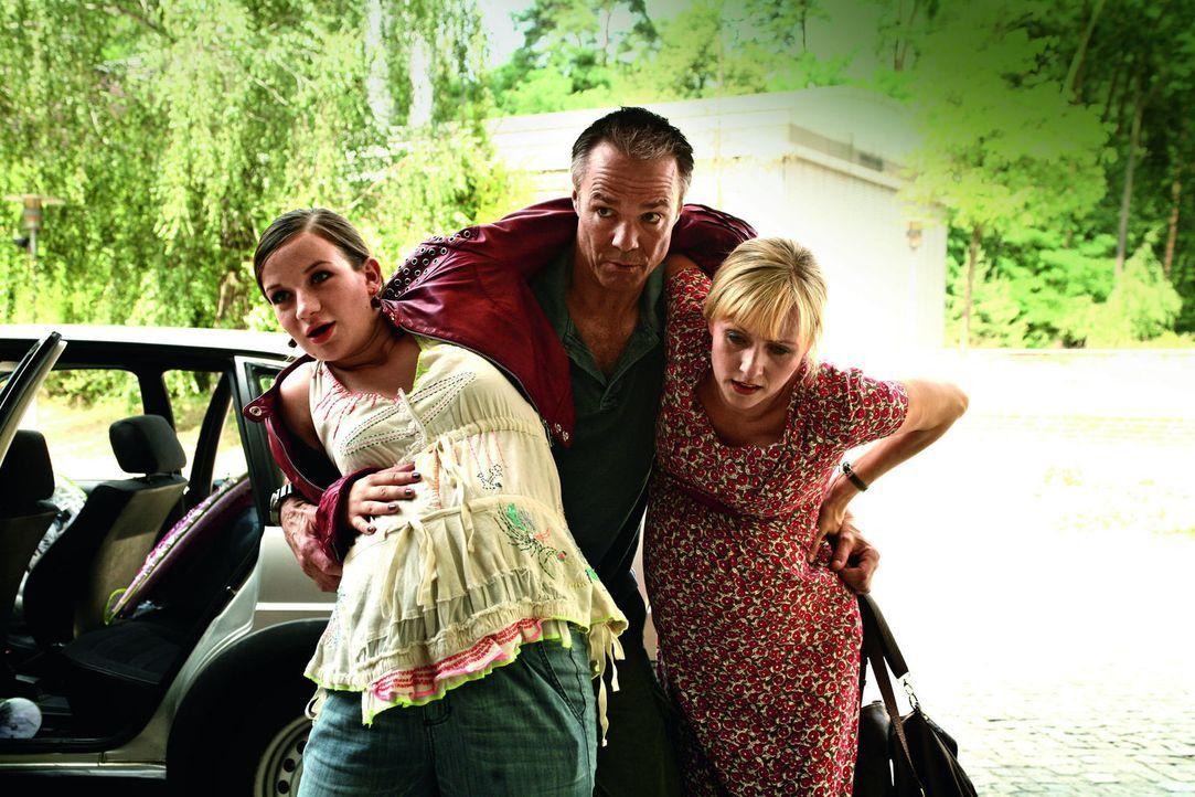 Kaum setzen bei Marla (Nina Gummich, l.) die ersten Wehen ein, da zieht Sabine (Dana Golombek, r.) auch schon nach. Nicht ahnend, was auf ihn zukomm... - Bildquelle: Volker Roloff SAT.1