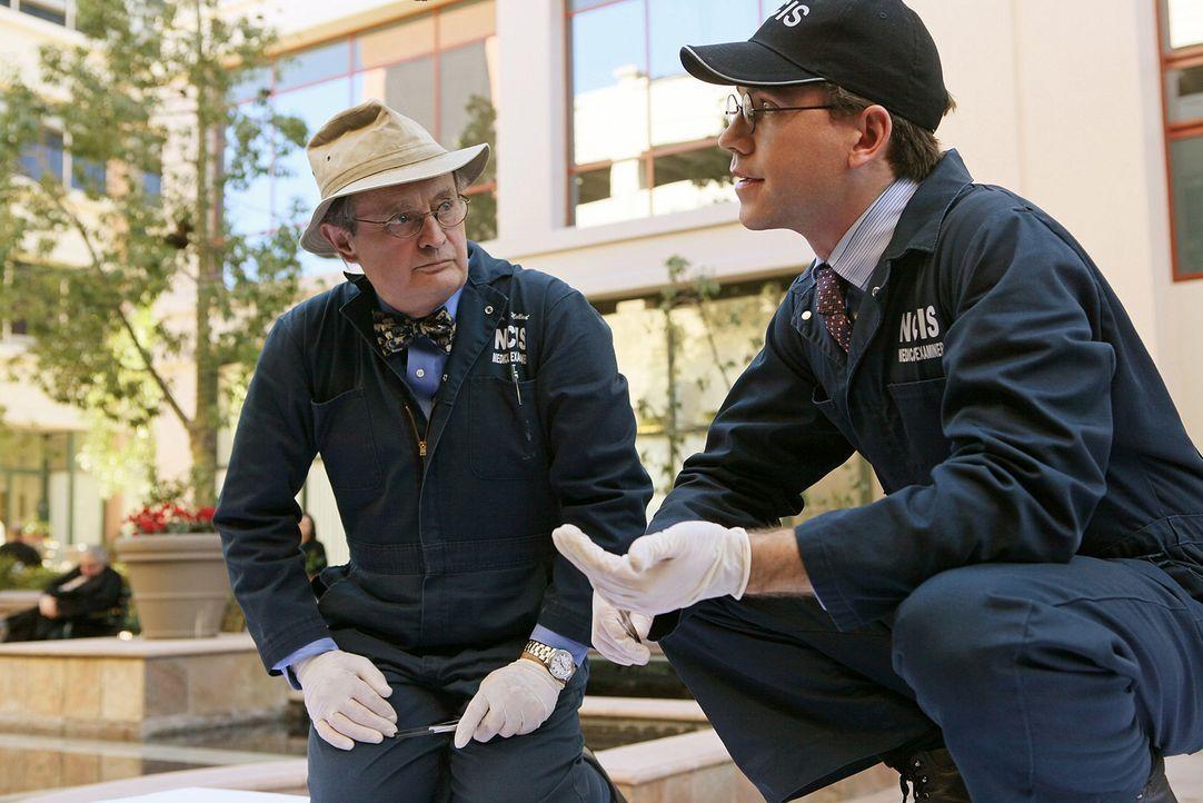 Bei den Ermittlungen in einem neuen Fall: Jimmy (Brian Dietzen, r.) und Ducky (David McCallum, l.) ... - Bildquelle: CBS Television