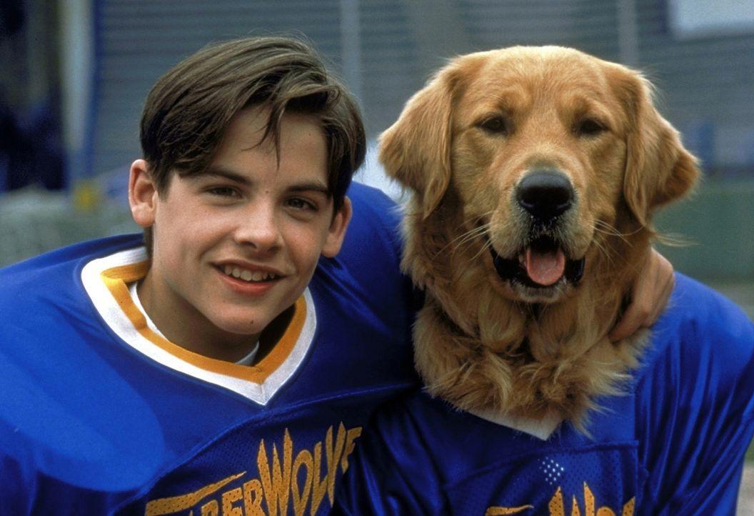 Die beiden unzertrennlichen Football-Spieler Josh Framm (Kevin Zegers, l.) und Hund Buddy können einem miserablen Footballteam zu ersten Erfolgen v... - Bildquelle: Alliance