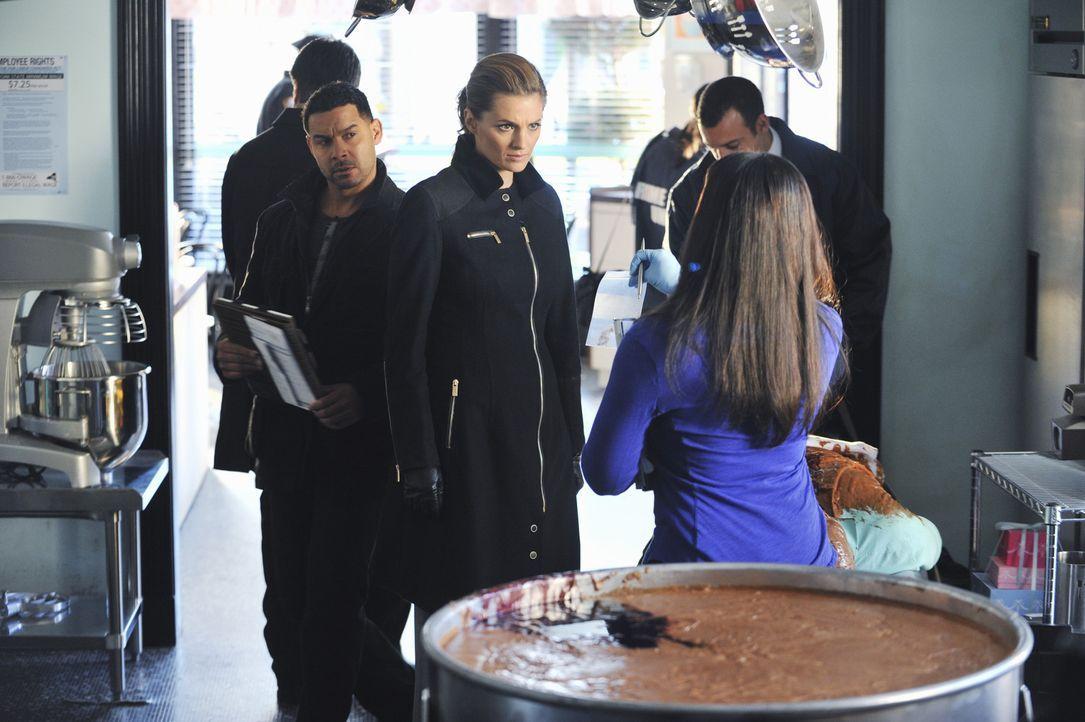 In einem Industriemixer wird eine Leiche gefunden. Javier Esposito (Jon Huertas, l.) und Kate Beckett (Stana Katic, M.) ermitteln in diesem besonder... - Bildquelle: ABC Studios