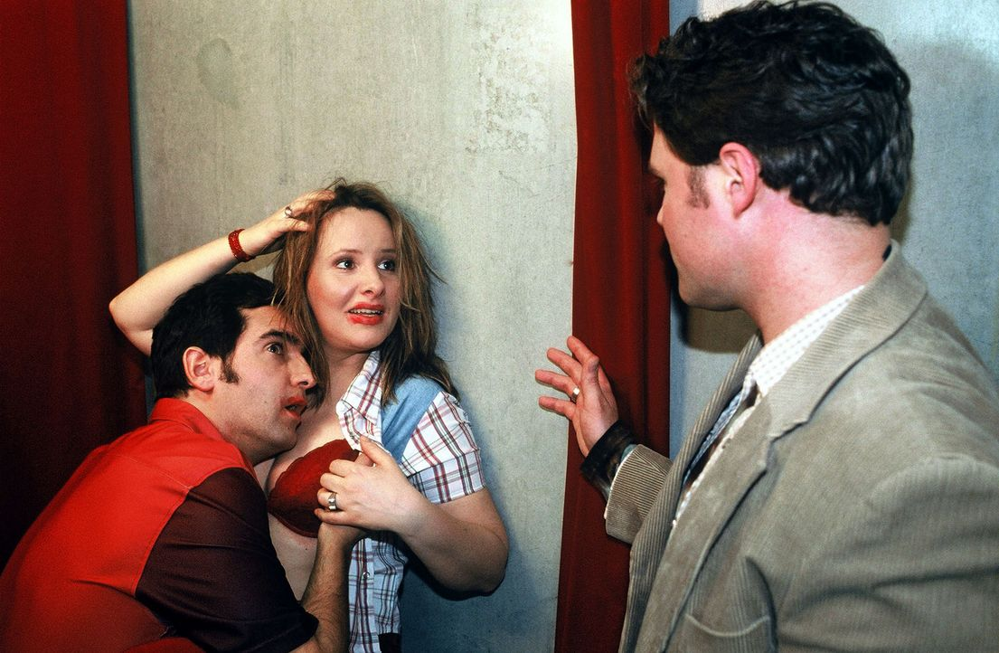 In flagranti ertappt! In der Umkleidekabine! Vom eigenen Chef! V.l.n.r.: Thomas M. Held, Nina Vorbrodt und Mirco Reseg - Bildquelle: Sat.1