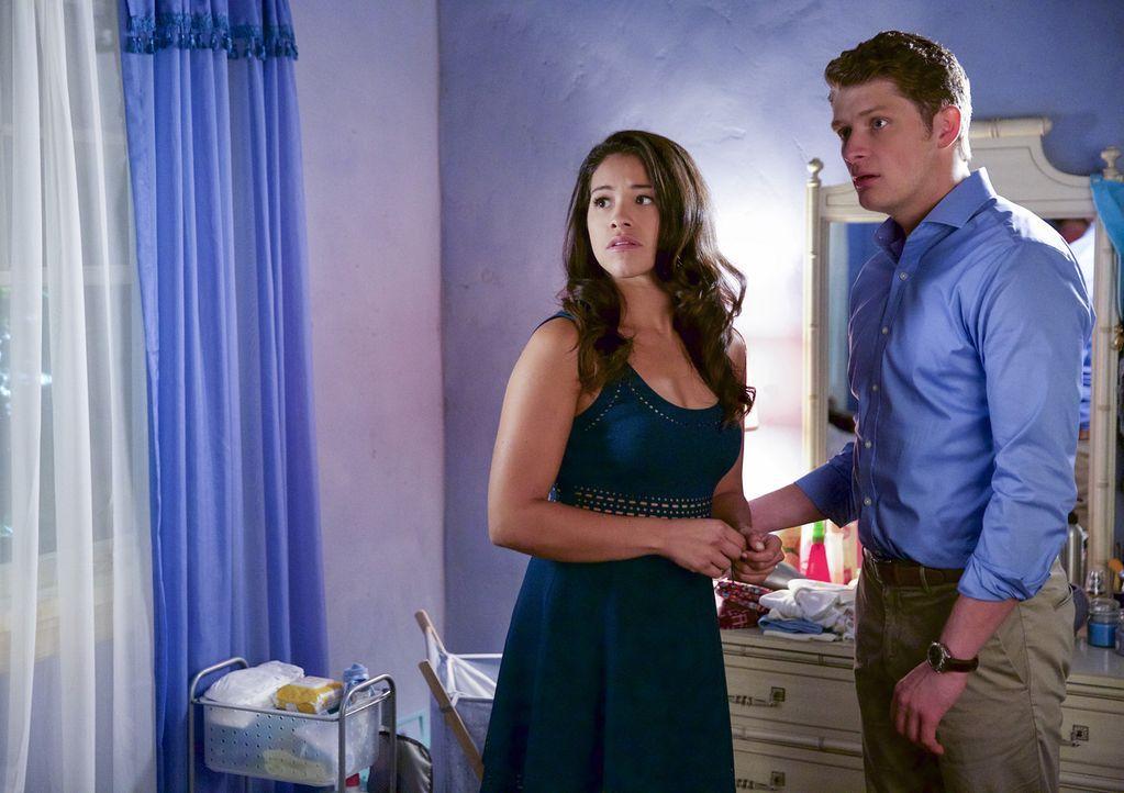 Während Rogelio von seiner Ex-Frau bestochen wird, ist die Situation zwischen Jane (Gina Rodriguez, r.), Michael (Brett Dier, l.) und Rafael sehr an... - Bildquelle: Tyler Golden 2015 The CW Network, LLC. All rights reserved.