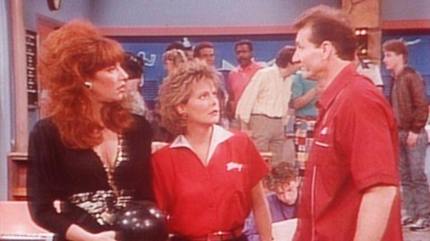 Al (Ed O'Neill, r.) passt es gar nicht, dass Peggy (Katey Sagal, l.) und Marc...