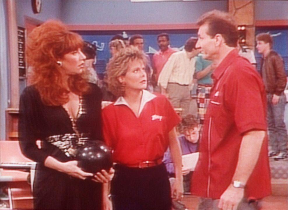 Al (Ed O'Neill, r.) passt es gar nicht, dass Peggy (Katey Sagal, l.) und Marcy (Amanda Bearse, M.) beim Bowling eine Glückssträhne haben. - Bildquelle: Sony Pictures Television International. All Rights Reserved.