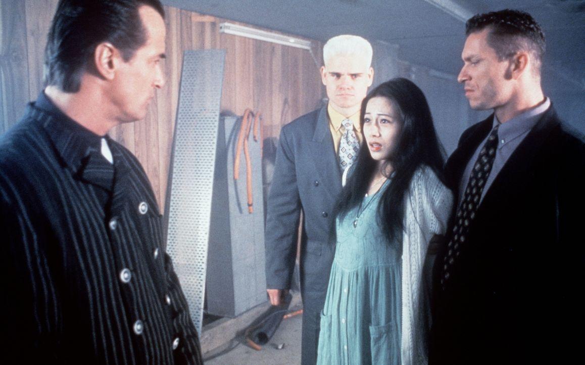 Um seinen Forderungen Nachdruck zu verleihen, entführt der rücksichtslose Gangsterboss Giancarlo (Richard Norton, l.) Miki (Miki Lee, 2.v.r.) ... - Bildquelle: Kinowelt Filmverleih