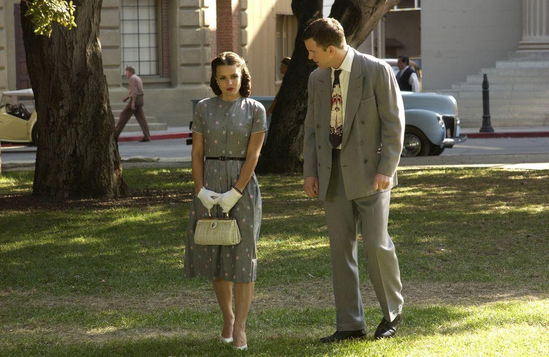 Blick ins Jahr 1953: Elliot (Josh Randall, r.) unternimmt erste Annäherungsversuche bei Reina Kraus (Iva Hasperger, l.) ... - Bildquelle: Warner Bros. Television