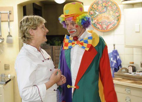 Armin (Rainer Will, r.) ist vor seinem Auftritt sehr aufgeregt. Susanne (Heik...