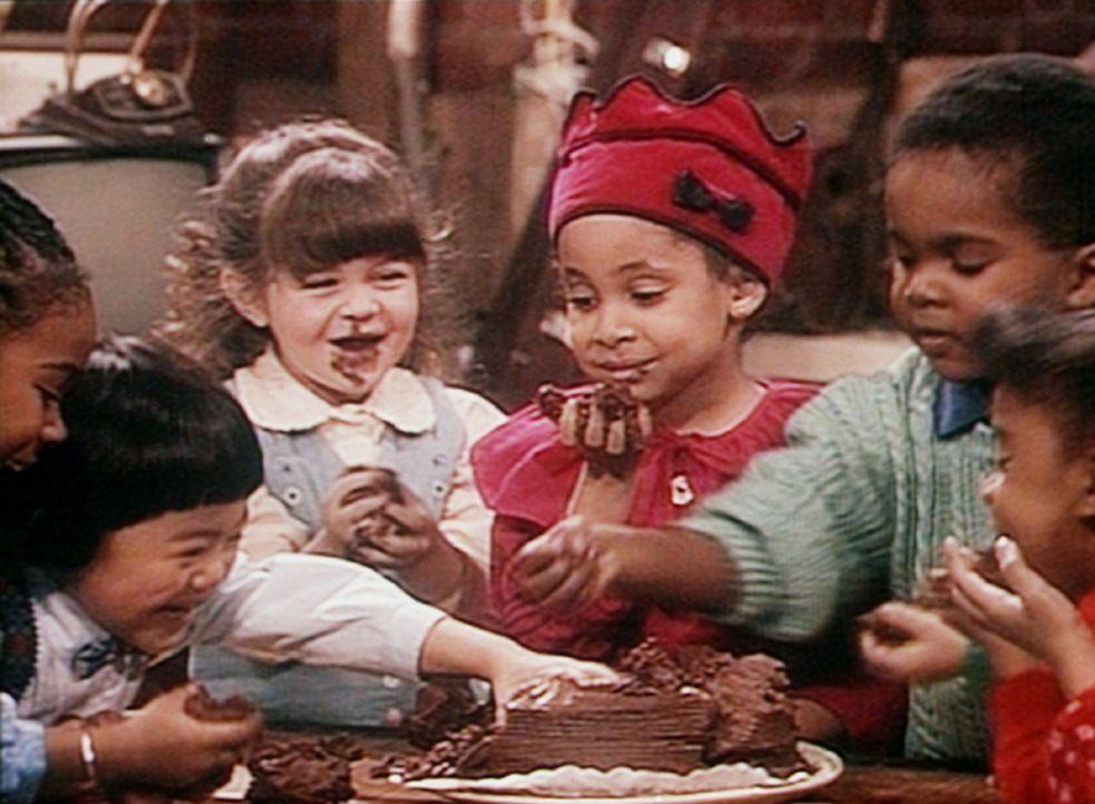 Das Geburtstagskind Olivia (Raven Symone, M.) hat mit ihren Freunden zwar nicht ihr ersehntes Dreirad, dafür aber einen Schololadenkuchen im Keller... - Bildquelle: Viacom