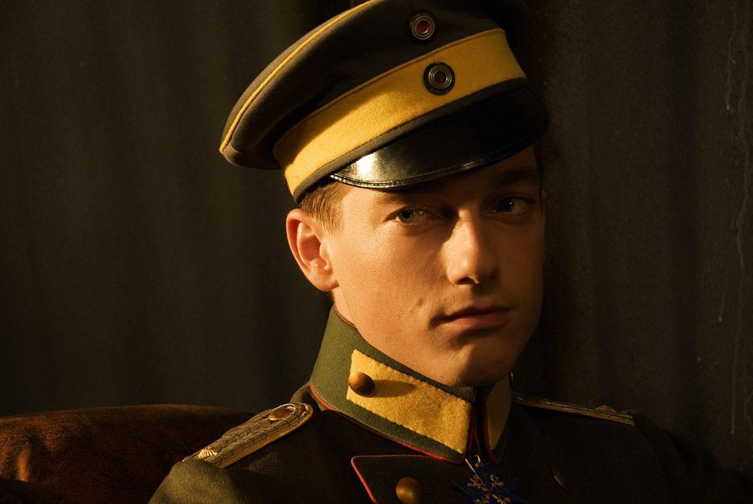 Lothar von Richthofen (Volker Bruch) ist der kleine Bruder von Manfred. Er möchte unbedingt Pilot werden, aber nimmt keine Rücksicht auf die Ehren... - Bildquelle: Warner Bros. Television