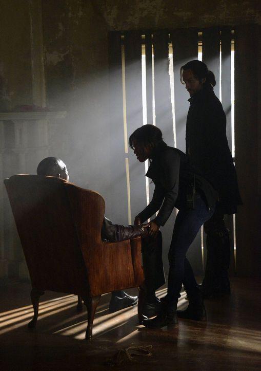 Auf der Suche nach der vermissten Lena Gilbert machen Ichabod (Tom Mison, r.) und Abbie (Nicole Beharie, M.) eine schockierende Entdeckung ... - Bildquelle: 2013 Twentieth Century Fox Film Corporation. All rights reserved.