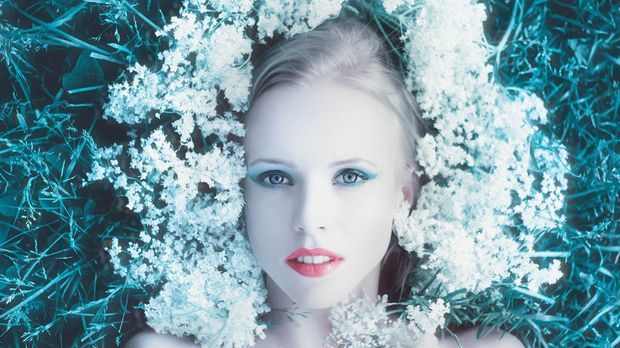 Mystisch und zauberhaft: Blumen als Haarschmuck.
