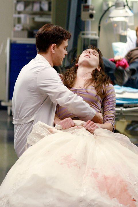 George (T.R. Knight, l.) muss die gesamte Zeit über das Brautkleid halten und macht sich damit lächerlich. Plötzlich bricht Helena (Chryssie Whit... - Bildquelle: Touchstone Television