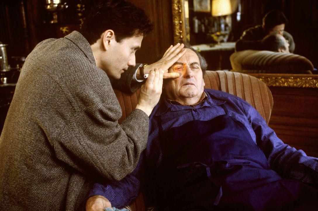 Nach seinem Unfall wird Albert Kampmann (Walter Schultheiß, r.) von seinem Sohn (Ulrich Reinthaller, l.) untersucht. Markus befürchtet, dass sein Va... - Bildquelle: Bernd Spauke Sat.1