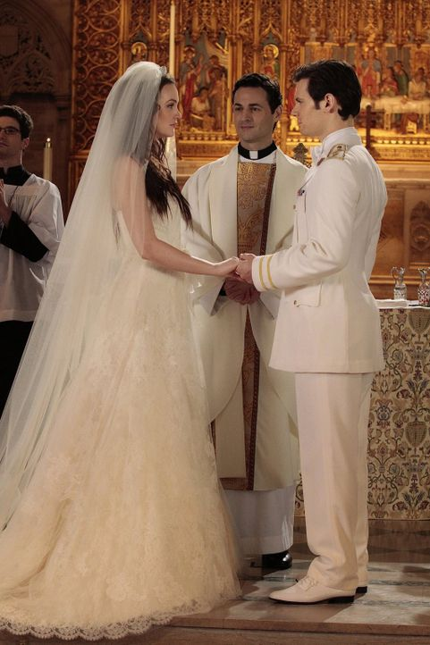 Die Hochzeit von Blair (Leighton Meester, l.) und Prinz Louis (Hugo Becker, r.) steht bevor und die verschiedensten Leute versuchen aus den verschie... - Bildquelle: Warner Bros. Television
