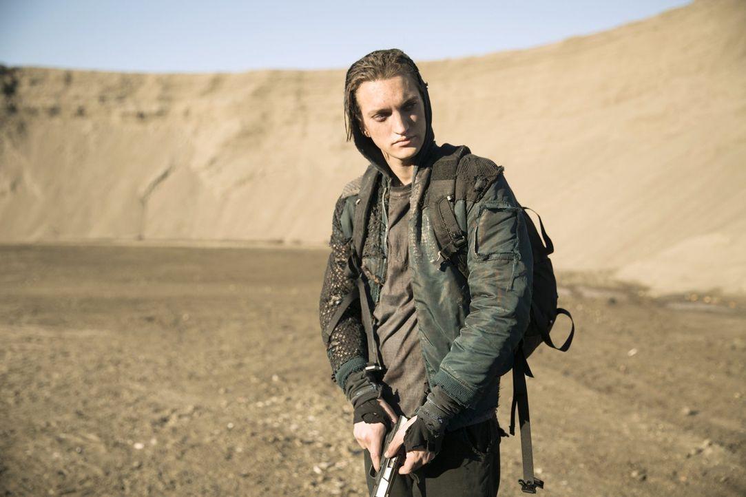 Murphy (Richard Harmon) will verstehen, wer die Fremde ist. Doch wie viel wird sie preisgeben? - Bildquelle: 2014 Warner Brothers