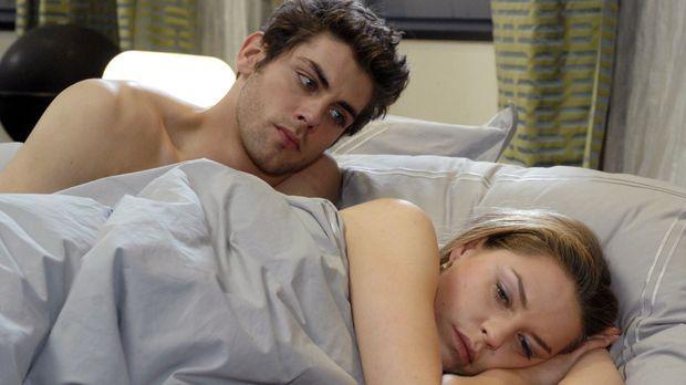 Jonas (Roy Peter Link, l.) ist über Katjas (Karolina Lodyga, r.) kühle Abweis...