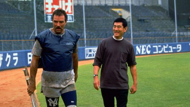 Mit den strengen Methoden seines neuen Trainers Uchlyama (Ken Takakura, r.) h...