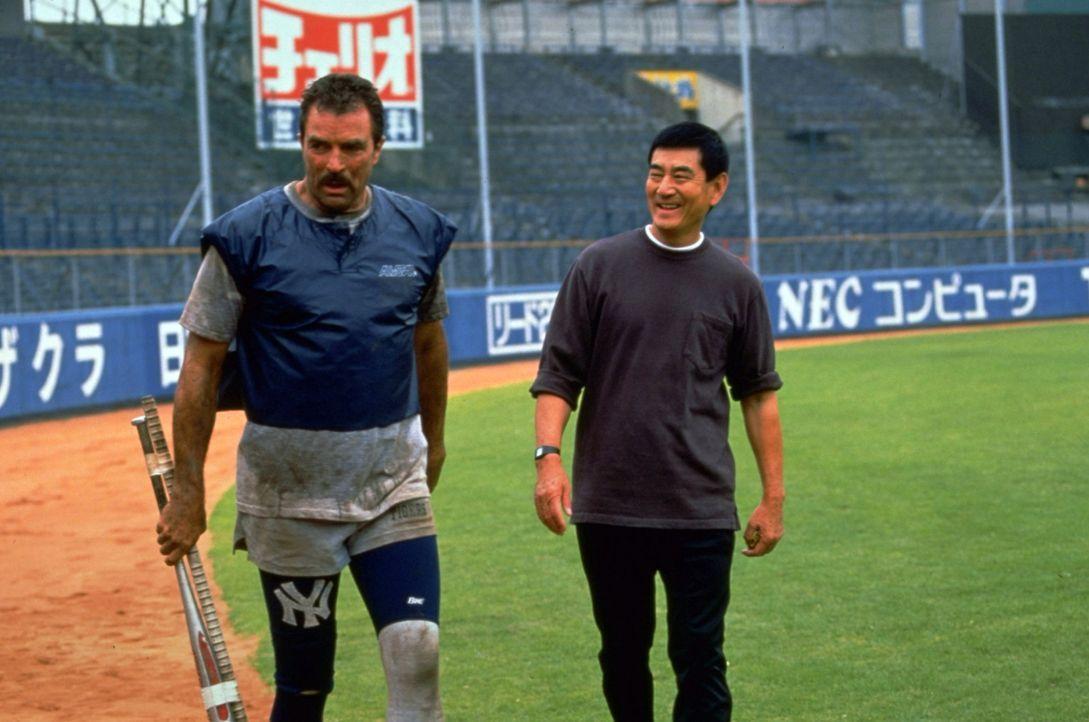Mit den strengen Methoden seines neuen Trainers Uchlyama (Ken Takakura, r.) hat Jack Elliot (Tom Selleck, l.) anfangs große Probleme ...