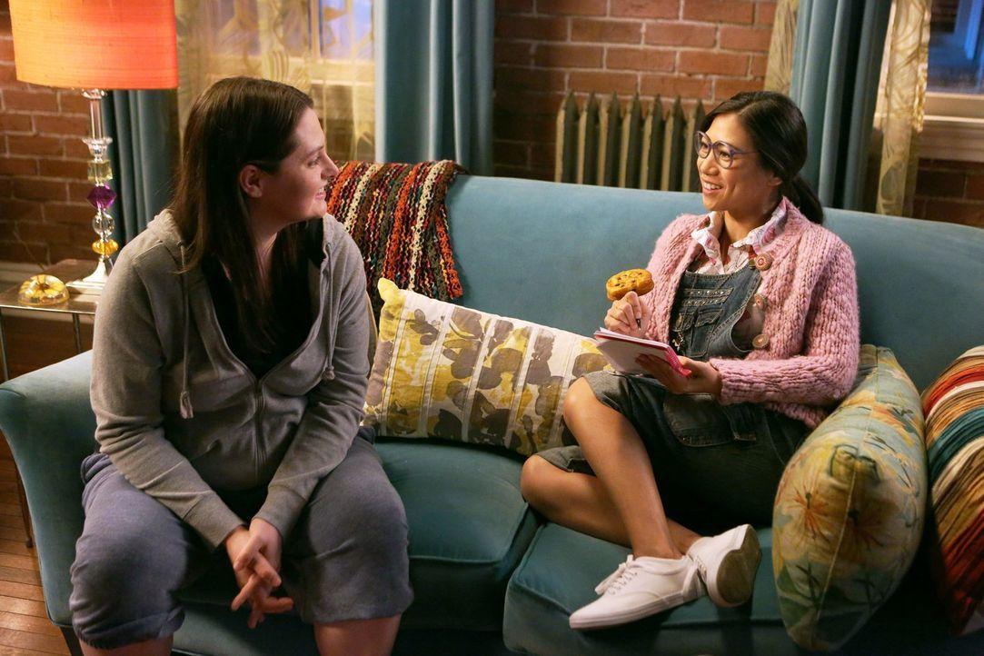 """Weil sich Kimmie dieses Jahr überhaupt nicht für die jährliche """"Keksball""""-Tradition interessiert, machen sich Marika (Lauren Ash, l.) und Helen-Alic... - Bildquelle: Warner Brothers"""