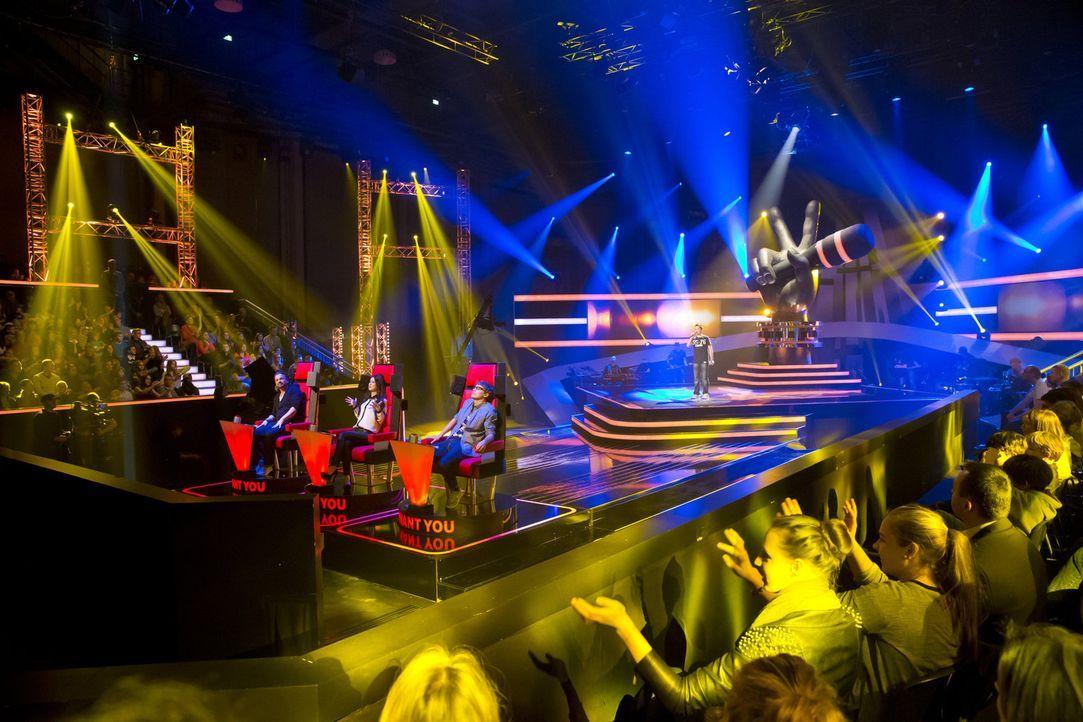 """In drei """"Blind Auditions"""" präsentieren sich die jungen Sängerinnen und Sänger den drei Coaches: Henning Wehland (vorne l.), Lena Meyer-Landrut (v... - Bildquelle: Richard Hübner SAT.1"""