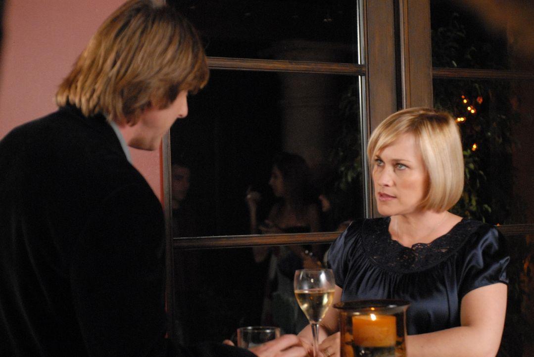 Allison (Patricia Arquette, r.) erzählt Joe (Jake Weber, l.) von dem seltsamen Traum, der ihr keine Ruhe mehr lässt ... - Bildquelle: Paramount Network Television