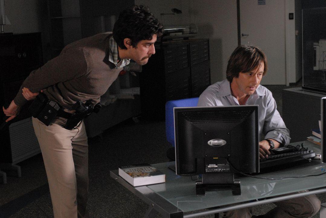 Joe (Jake Weber, r.) ist in der Gewalt von Bruce (Adam Goldberg, l.). Bruce ist eine Woche zuvor - wie er meint - unberechtigt, entlassen worden und... - Bildquelle: Paramount Network Television