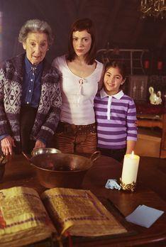 Charmed - Zauberhafte Hexen - Phoebe (Alyssa Milano, M.) spricht einen Zauber...