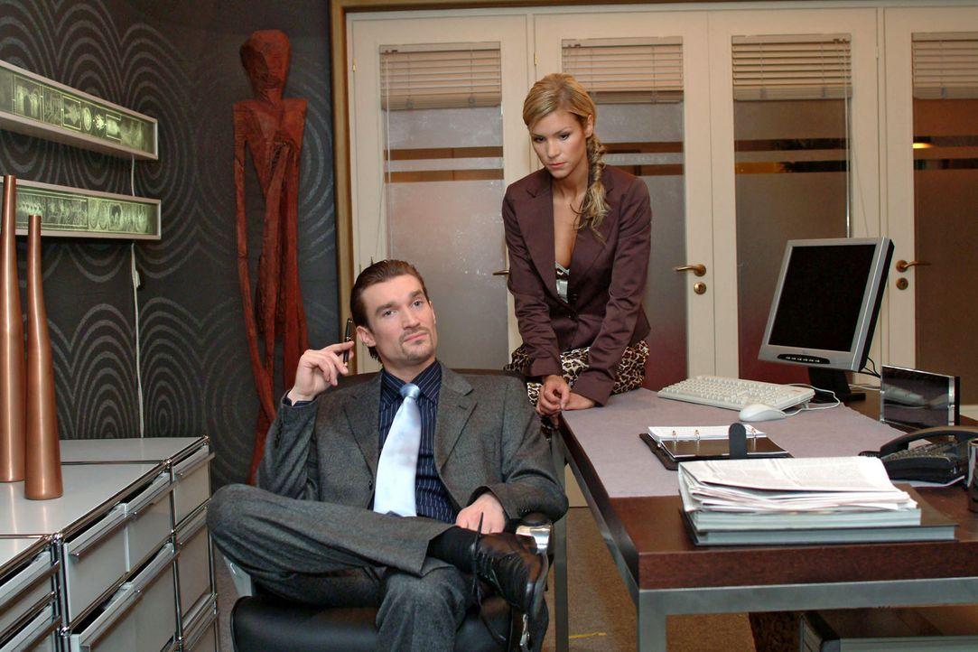 Der verärgerte Richard (Karim Köster, l.) hat eine Idee, wie sich Sabrina (Nina-Friederike Gnädig, r.) für ihn nützlich machen kann. - Bildquelle: Monika Schürle Sat.1