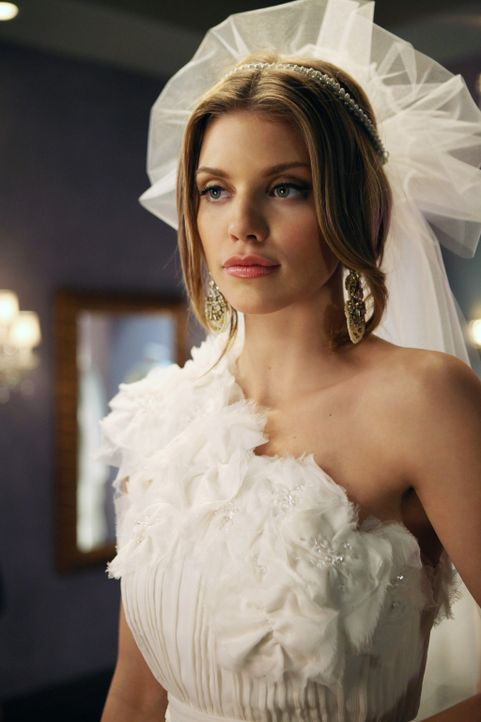 Hat Naomi (AnnaLynne McCord) das passende Brautkleid gefunden? - Bildquelle: 2011 The CW Network. All Rights Reserved.