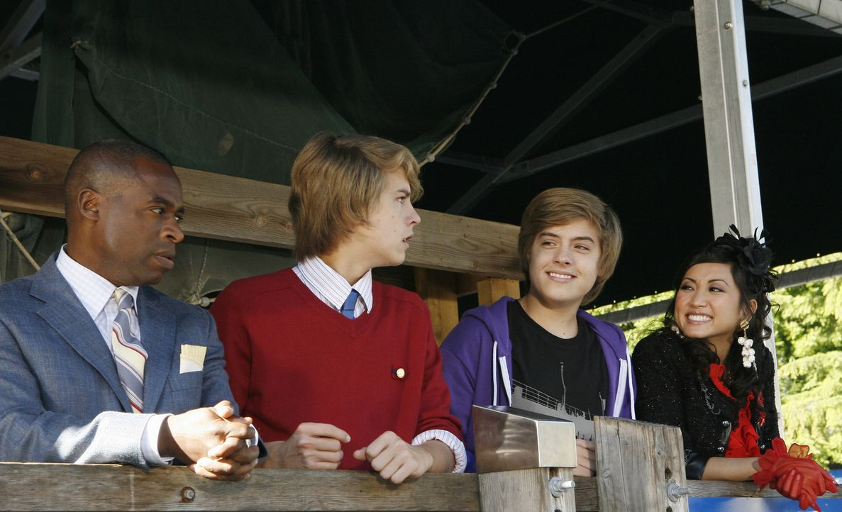 Ahnen noch nicht, dass auf sie die spannendsten Frühlingsferien aller Zeiten warten: (v.l.n.r.) Mr. Moseby (Phill Lewis), Cody (Cole Sprouse), Zack... - Bildquelle: 2010 Disney Enterprises, Inc. All rights reserved.