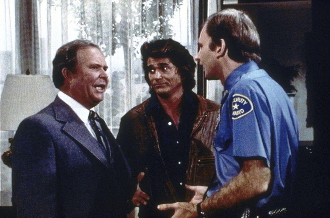 Irritiert muss Melvin Rich (Ned Beatty, l.) feststellen, dass Jonathan (Michael Landon, M.) von seinen Sicherheitsleuten weder gehört noch gesehen... - Bildquelle: Worldvision Enterprises, Inc.