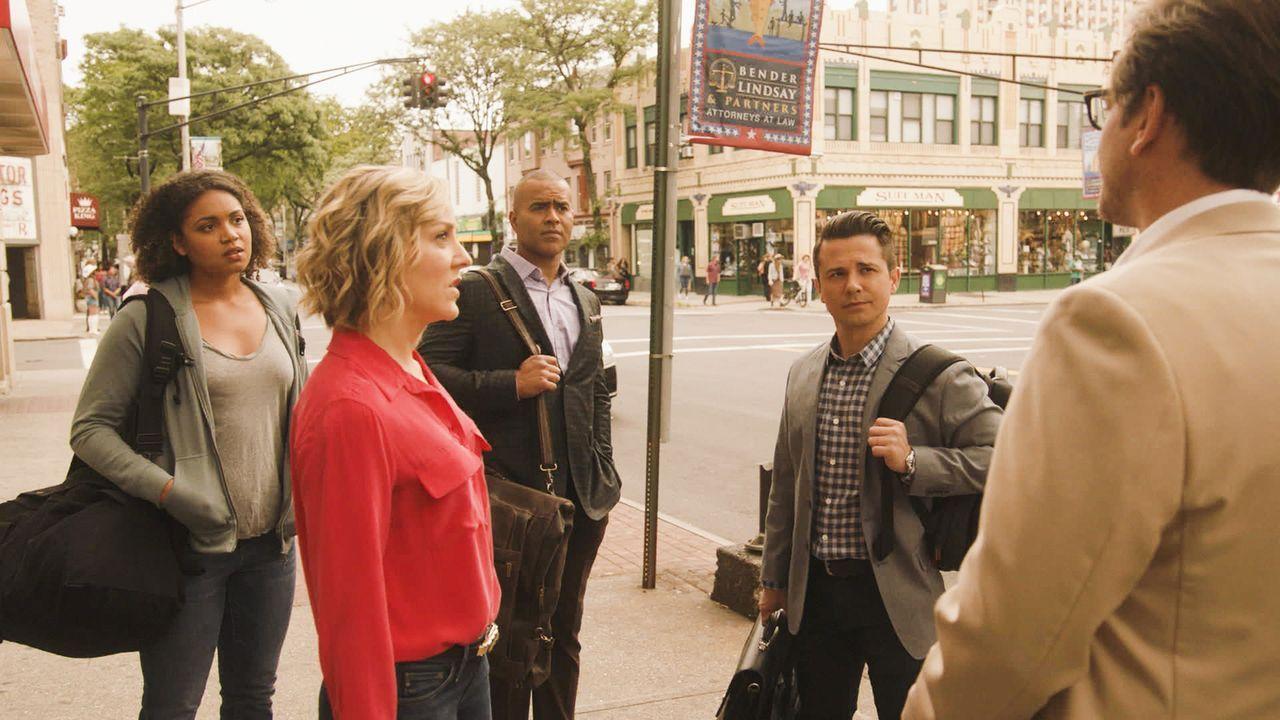 Zusammen mit seinem hochqualifizierten Spezialisten-Team Marissa (Geneva Carr, 2.v.l.), Chunk (Chris Jackson, M.) und Benny (Freddy Rodriguez, 2.v.r... - Bildquelle: 2016 CBS Broadcasting, Inc. All Rights Reserved.