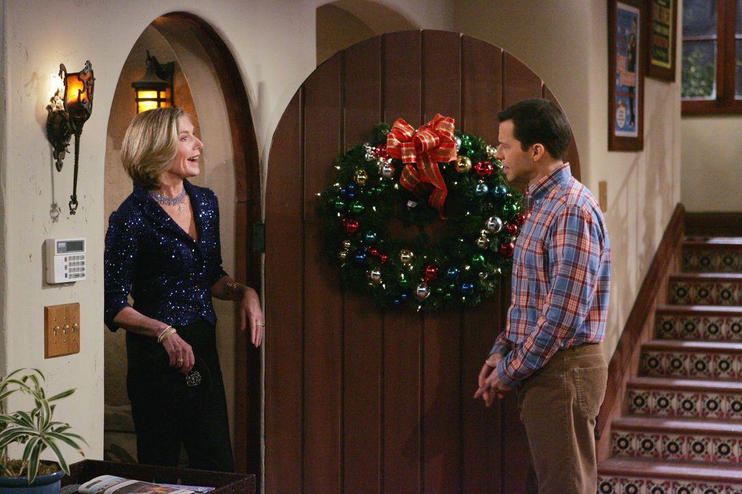Alan (Jon Cryer, r.) ist überrascht, als plötzlich auch noch Dorothy (Susan Sullivan, l.) vor der Tür steht ... - Bildquelle: Warner Brothers Entertainment Inc.