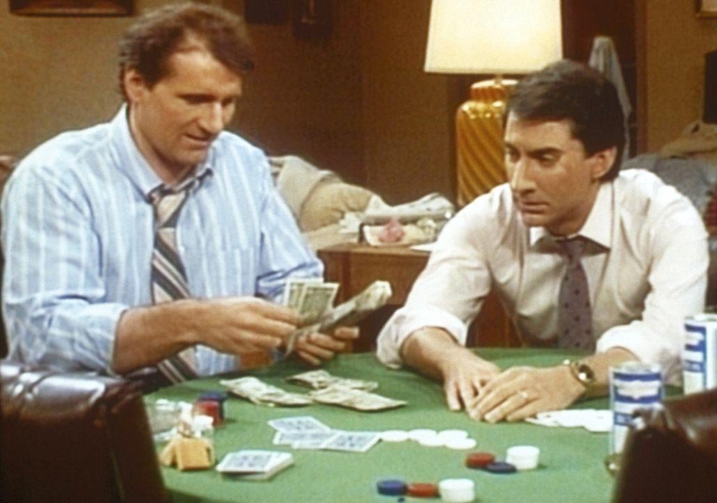 Al (Ed O'Neill, l.) zockt Steve (David Garrison, r.) beim Pokern ab. - Bildquelle: Columbia Pictures