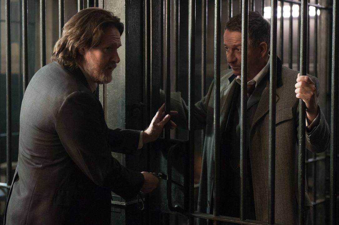Während Barbara sich mit Gordon aussöhnen möchte, muss Bullock (Donal Logue, l.) Alfred (Sean Pertwee, r.) aus dem Gefängnis holen ... - Bildquelle: Warner Brothers