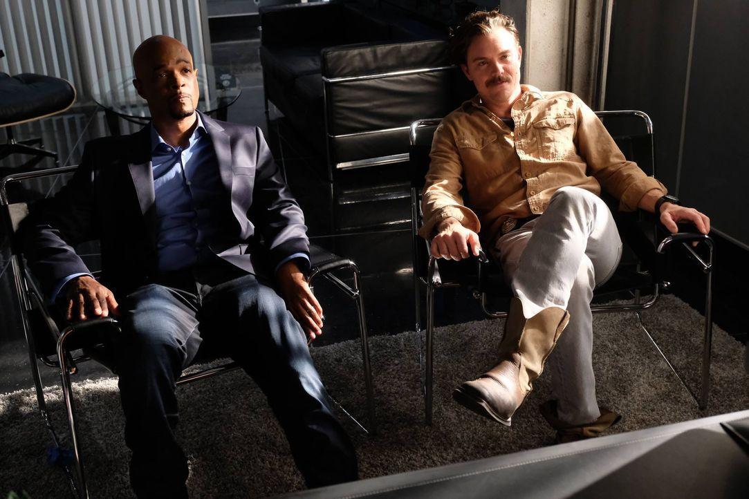 Als Riggs (Clayne Crawford, r.) und Murtaugh (Damon Wayans, l.) einen Mord untersuchen, stellt sich heraus, dass das Opfer ein Bekannter von Dr. Mau... - Bildquelle: 2016 Warner Brothers