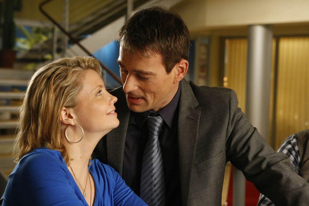 Durch einen neuen Fall steht ihre Liebe auf dem Spiel: Danni (Annette Frier, l.) und Oliver (Jan Sosniok, r.) ... - Bildquelle: SAT.1