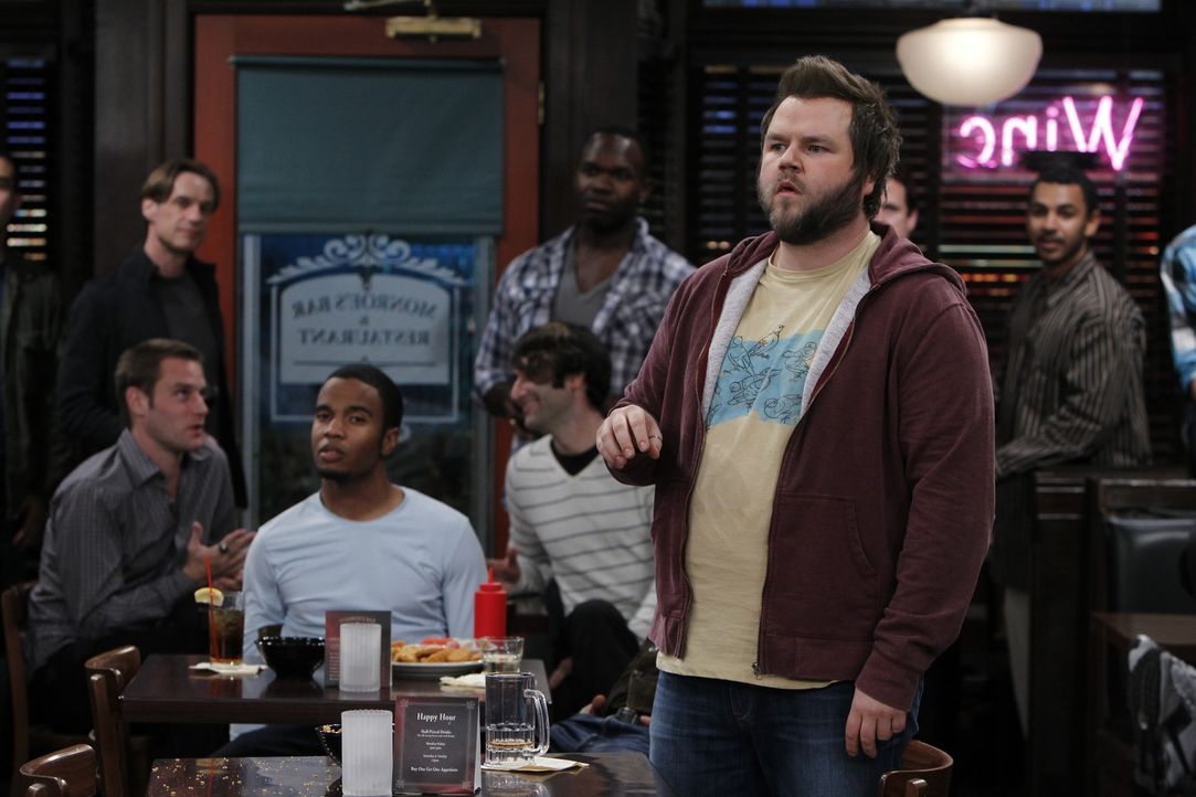 Leider verläuft das jährlich stattfindende PubQuiz nicht so, wie es sich Larry (Tyler Labine, vorne r.) vorgestellt hat ... - Bildquelle: 2011 CBS BROADCASTING INC. All Rights Reserved.