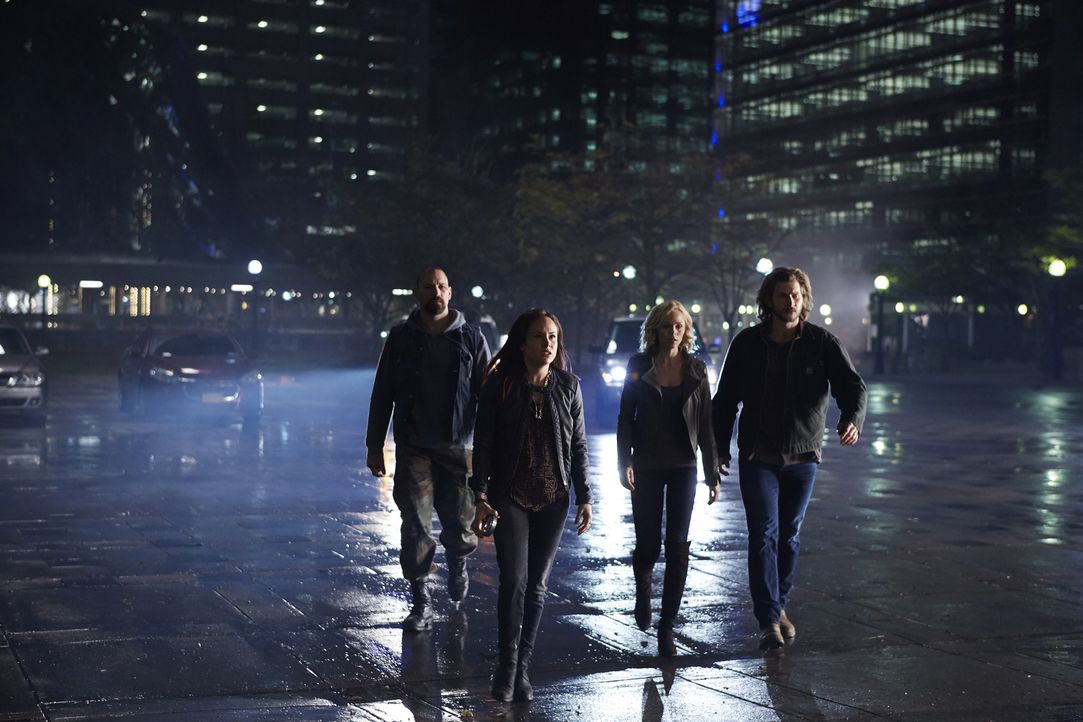 Stellen sich gemeinsam gegen Aleister und Clara: Zachary Cain (Noah Danby, l.), Paige (Tommie-Amber Pirie, 2.v.l.), Elena (Laura Vandervoort, 2.v.r.... - Bildquelle: 2015 She-Wolf Season 2 Productions Inc.
