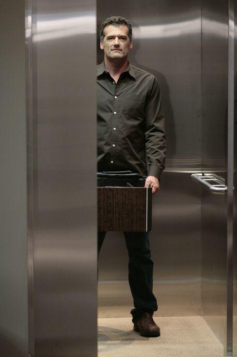 Stephen (Bruce Thomas) packt seine Sachen und geht. Er will nicht länger bei Madacorp arbeiten ... - Bildquelle: TOUCHSTONE TELEVISION