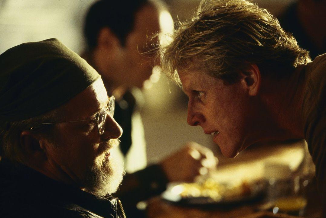 Haben einen Plan, bei dem sie auf eine ganz besondere Jagd gehen wollen: Hawkins (Gary Busey, l.) und Burns (Rutger Hauer, r.) ... - Bildquelle: Warner Brothers