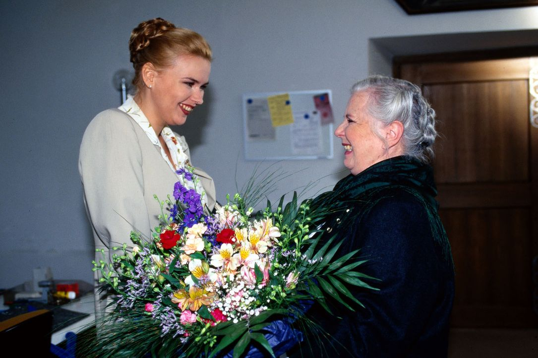 Resi (Ruth Drexel, r.) begrüßt Elfriede Seidl (Veronika Ferres, l.) zurück am Arbeitsplatz. Die schöne Finanzbeamtin wäre doch eine prima Frau für i... - Bildquelle: Magdalena Mate Sat.1